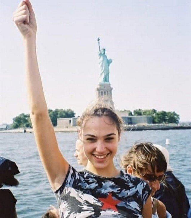 Чудо-женщина Галь Гадот впервые посещает США в подростковом возрасте. 1999 г.