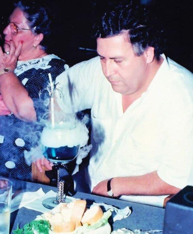 Пабло Эскобар на вечернике по случаю четырнадцатилетия сына.1991 год.