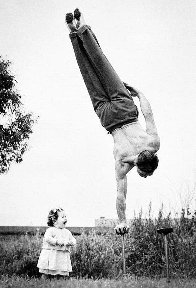 Папа демонстрирует свое мастерство на удивление маленькой дочери. Мельбурн, Австралия, 1940 год.