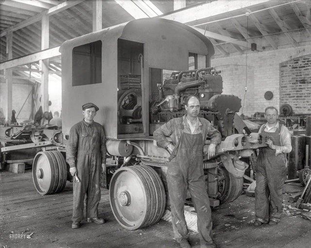 Сборка тяжелых грузовиков Fageol на заводе в Окленде, Калифорния, 1918 год.