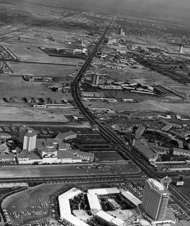 Главная туристическая улица Лас-Вегаса - Лас-Вегас-Стрип. США. 1968 год.
