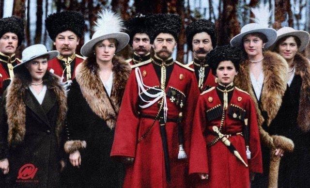 Царская семья позирует с казаками, 1916 год.