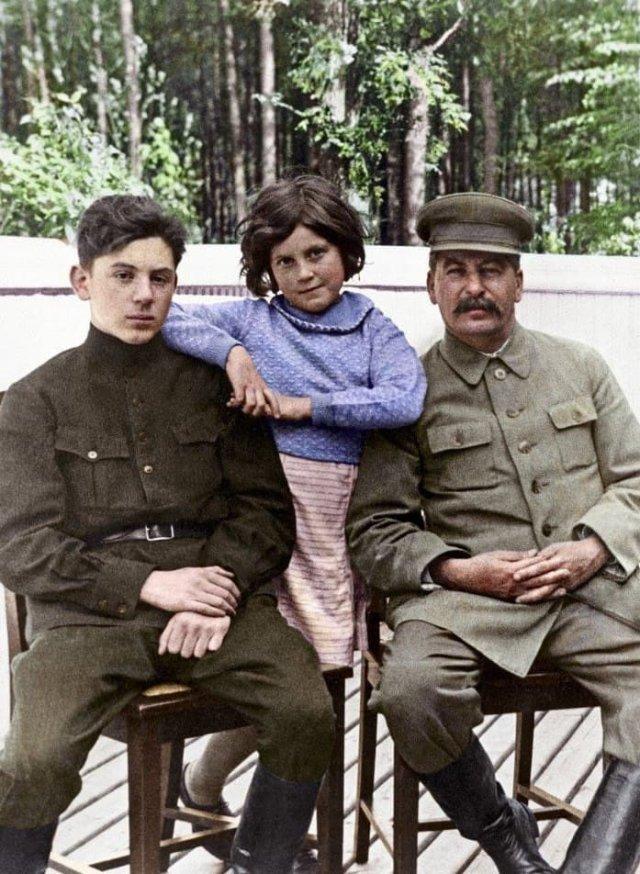 """Иосиф Сталин с сыном Василием и дочерью Светланой. СССР, 1935 год. """"Стальная семья"""""""