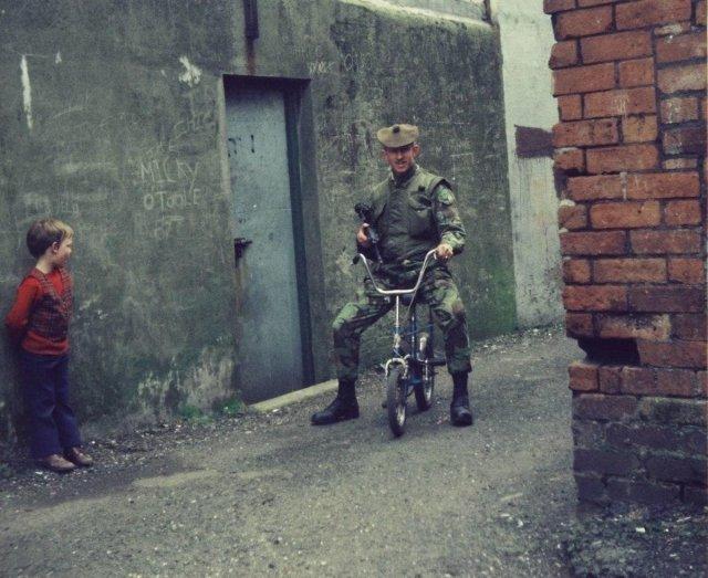 Британские солдаты развлекаются на улицах при патрулировании улиц Белфаста, 1970-ые.