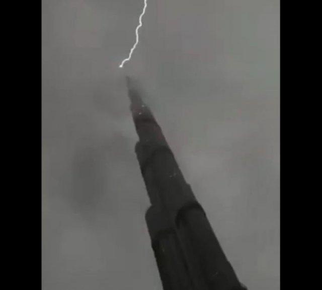 Красивые кадры: в небоскреб Бурдж-Халифа молния ударила дважды - менее, чем за одну минуту