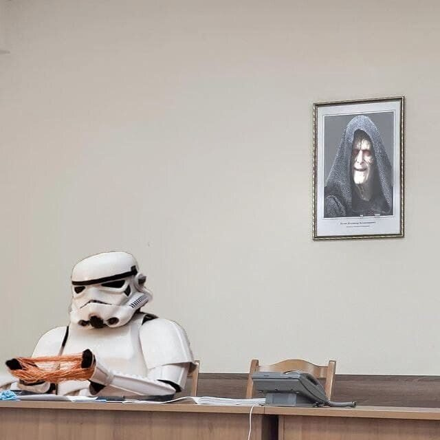 Силовик, сфотографированный напротив портрета Владимира Путина, стал героем фотожаб