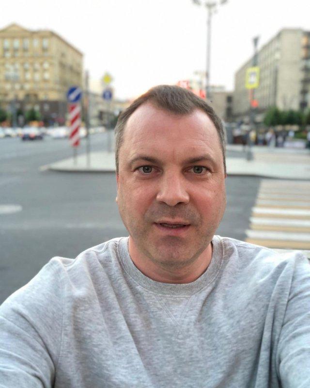 Евгений Попов, ведущий программы «60 минут» и муж Ольги Скабеевой в серой кофте