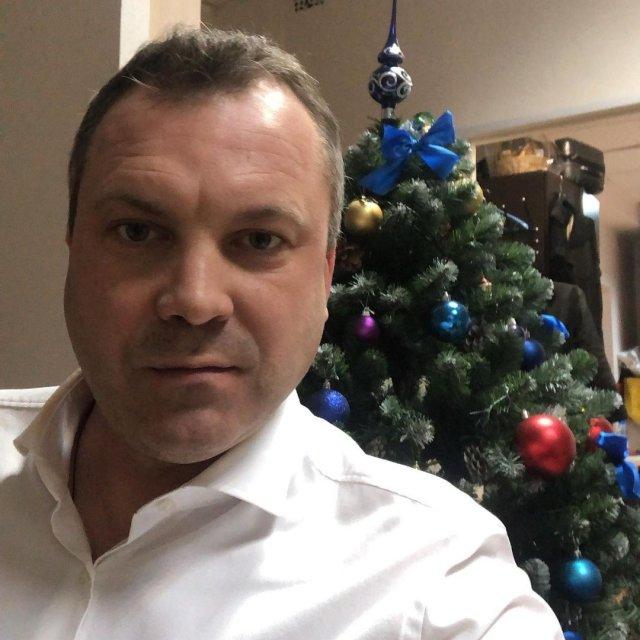 Евгений Попов, ведущий программы «60 минут» и муж Ольги Скабеевой в белой рубашке