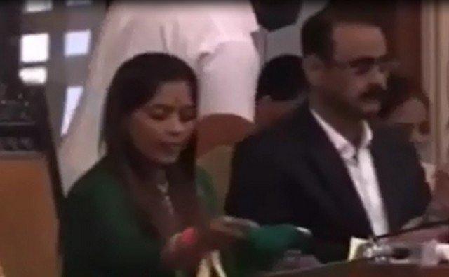 В Индии на заседании бюджетного комитета чиновник выпил вместо воды спиртовый санитайзер