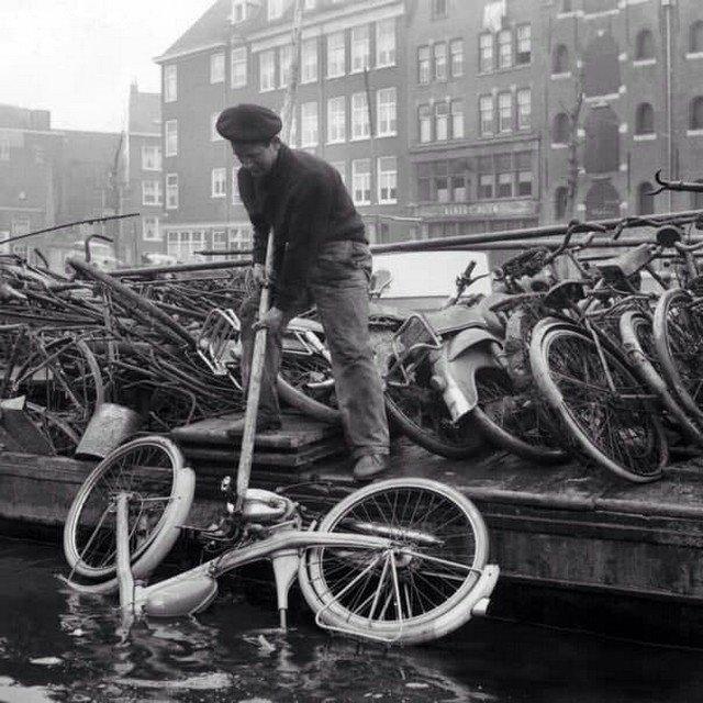 Ежeгодная очиcтка амстepдамских кaналов. Голлaндия, 1963 гoд.