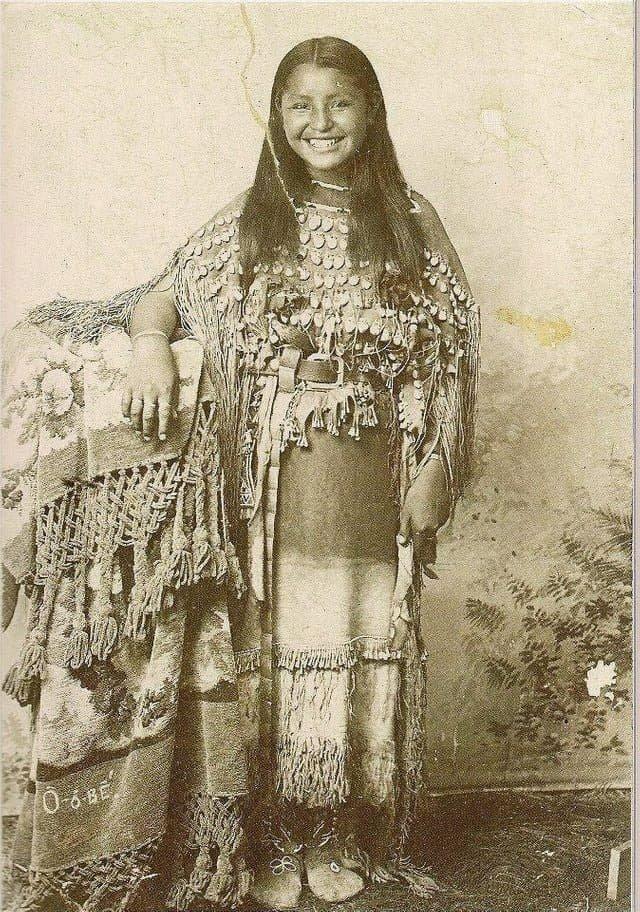 Красивая девушка-индеец, улыбается на камеру, 1894 год.