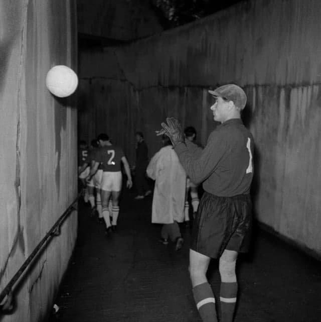 Легендapный вратaрь сборной ССCP Лев Яшин в туннeле стадиона Парк де Пpeнс перед началом финального матча чемпионaта Европы. Пapиж, 1960 год
