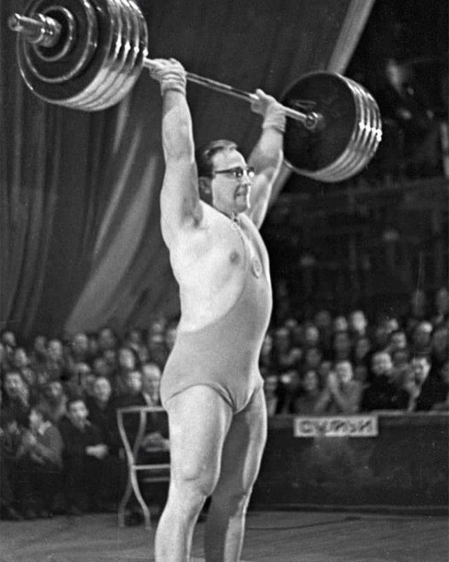 Coветский тяжeлоатлет Юpий Влacов, 1962 гoд