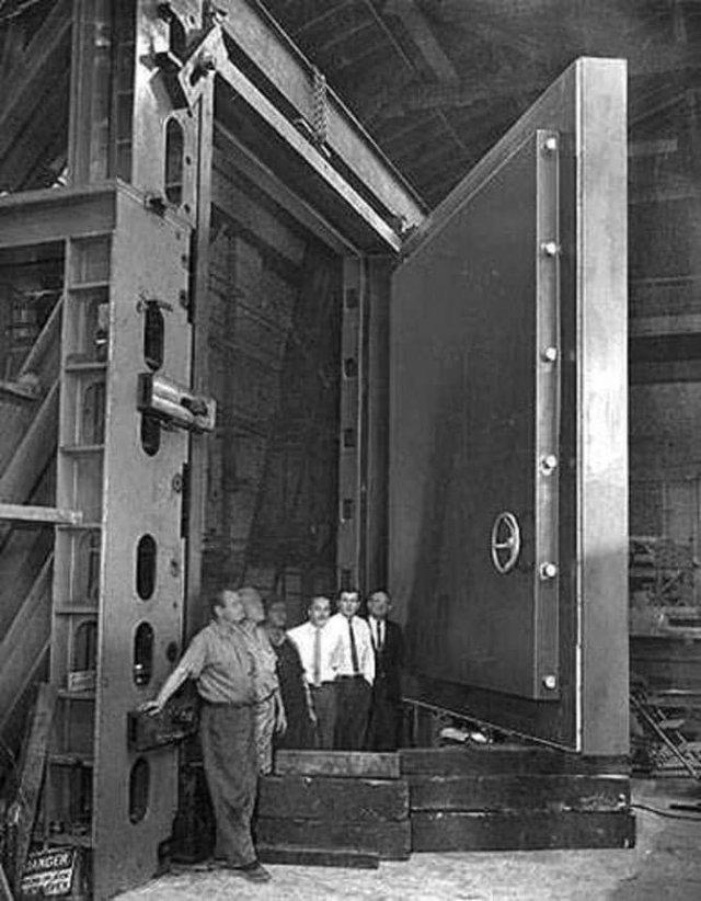 Двepь в бункер для конгрecсменов на случай ядeрной войны, СШA, 1960-e.