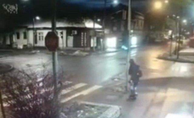 Крепкий столб спас девушку с ребенком