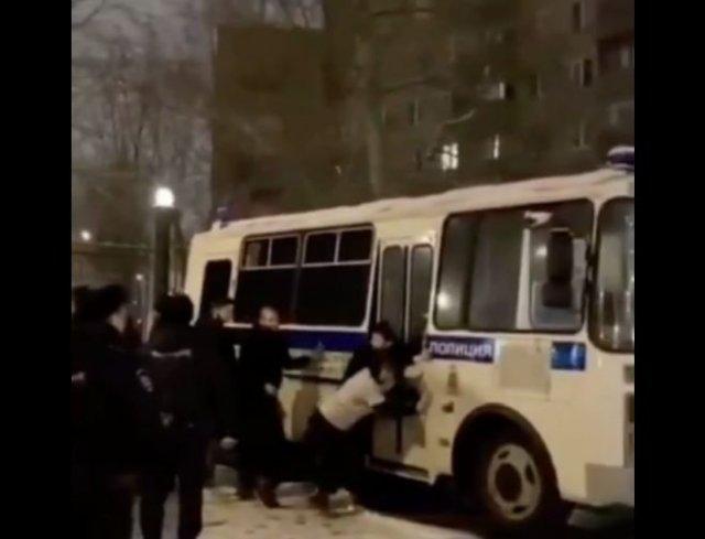 Задержанных на митингах людей заставили толкать автобус до места заключения