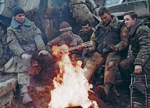 Российские военнослужащие в перерыве между боями. Чеченская Республика, 1995 г.