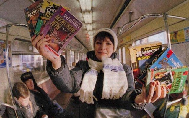 Торговля книгами в вагоне московского метро. Москва, конец 90-х годов.