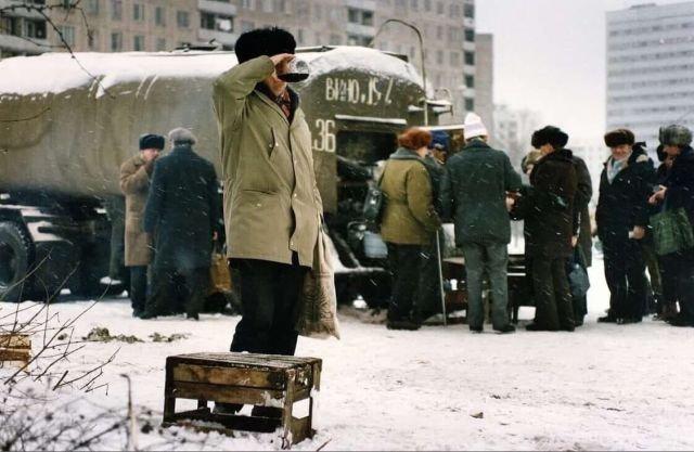 Продажа вина из цистерны в Москве. Декабрь 1991 г.