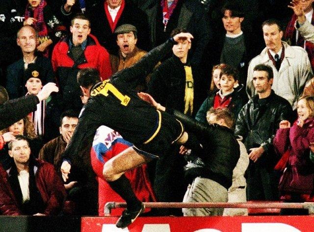 Нападающий «Манчестер Юнайтед» Эрик Кантона ударил ногой болельщика Мэттью Симмонса