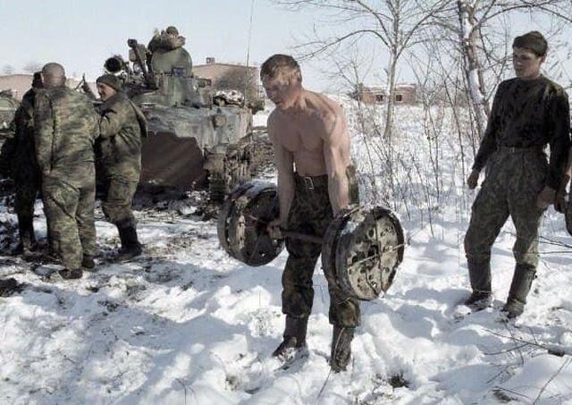 Утренняя зарядка бойцов ВДВ в Чечне, 1999 год.
