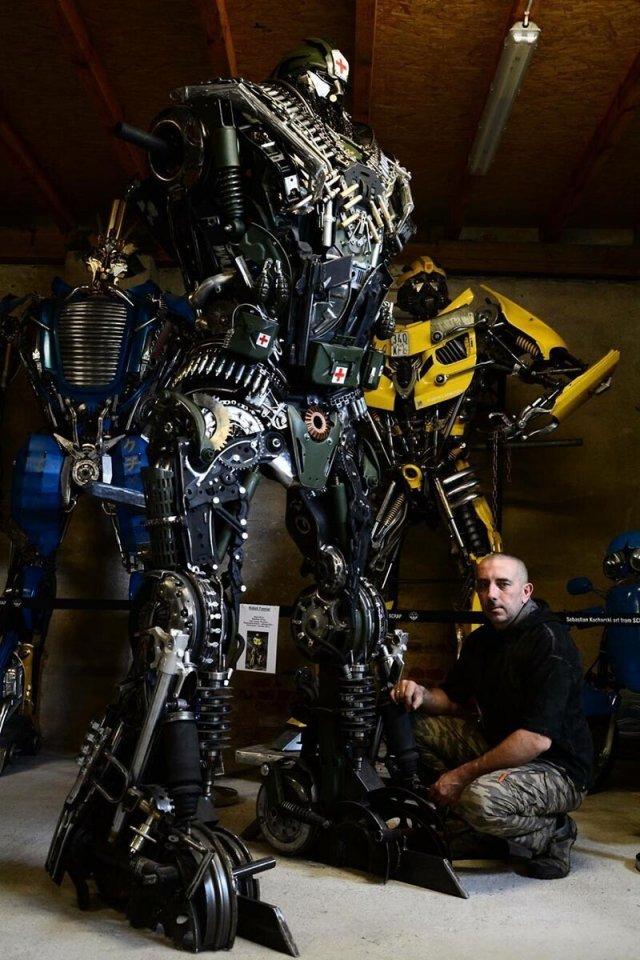 Себастьян Кухарски — художник, создающий скульптуры из металлолома, посвященные известным фильмам