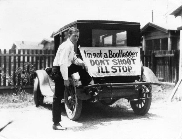 """Гражданин, опасающийся за свою безопасность во время Сухого закона, с надписью на машине """"Я не бутлегер, не стреляйте"""", 1929 год."""