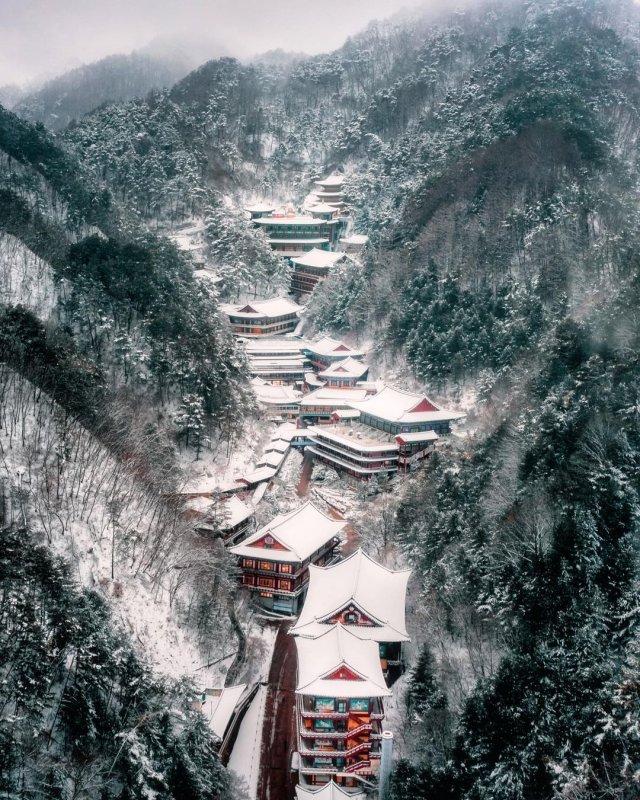 Буддийский храм Guinsa (Храм Спасения и Добра) в заснеженных горах Южной Кореи