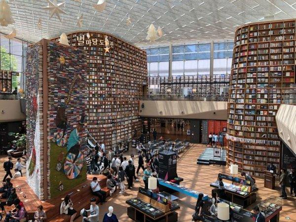 Библиотека в Сеуле, в которой хранится более 50 тыс. книг