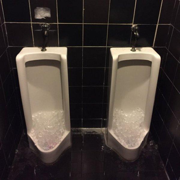 В общественных местах в писсуары кладут лед