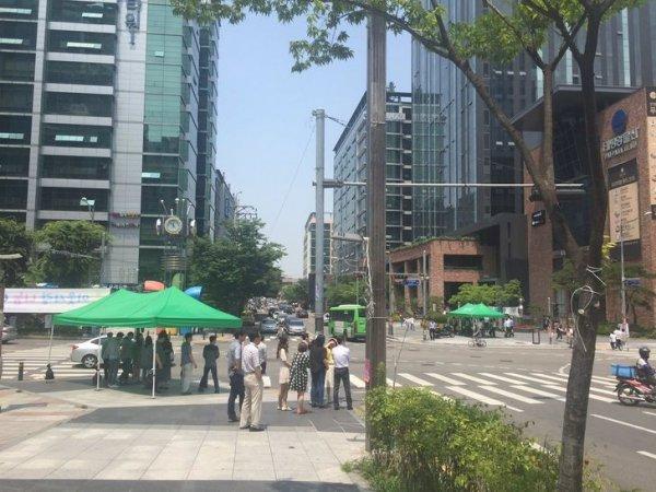 На перекрестках можно встретить навесы, которые защищают пешеходов от знойного солнца и дождя