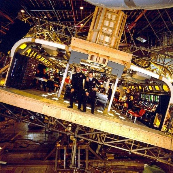 Для фильма «Охота за Красным Октябрём» (1990) были созданы масштабные декорации, имитирующие подводную лодку