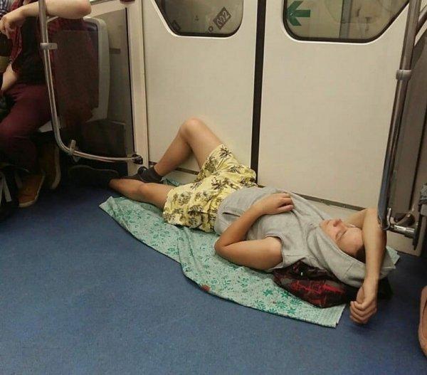 парень лежит в вагоне