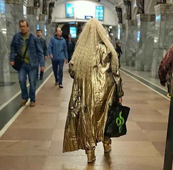 женщина в золотом плаще