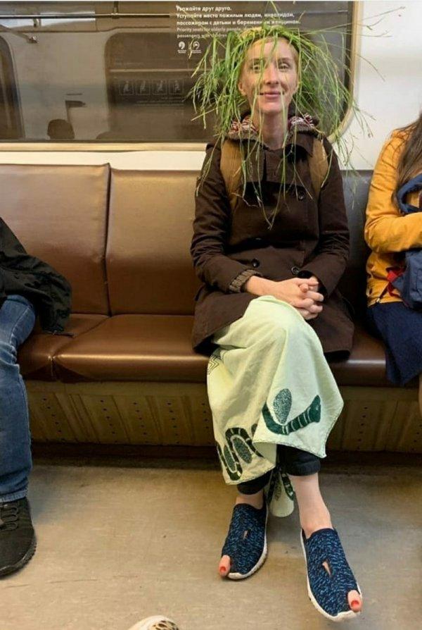 женщина в венке из травы
