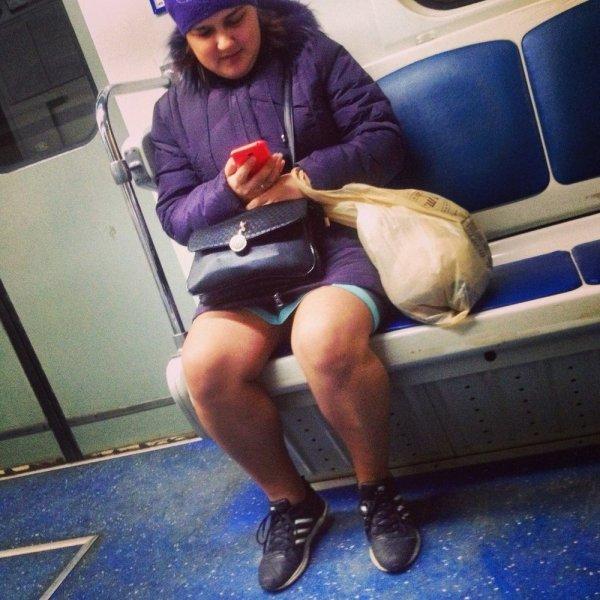 женщина в мини-юбке