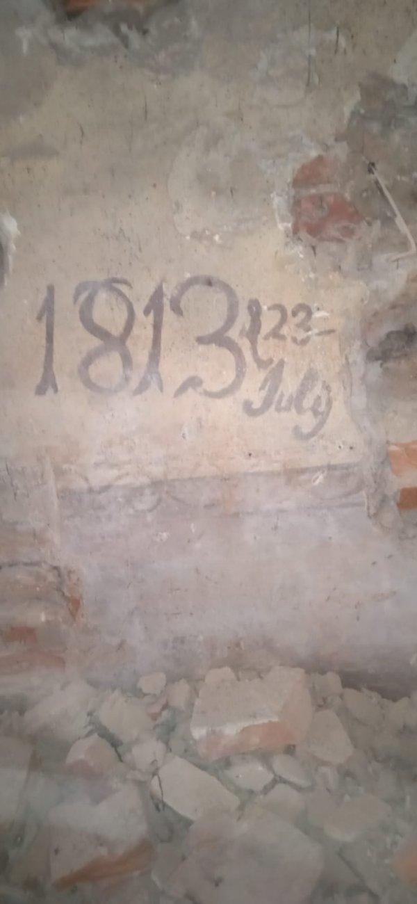 Мой отец занимался строительными работами и нашёл это за стеной, которую он разрушил (Латвия)