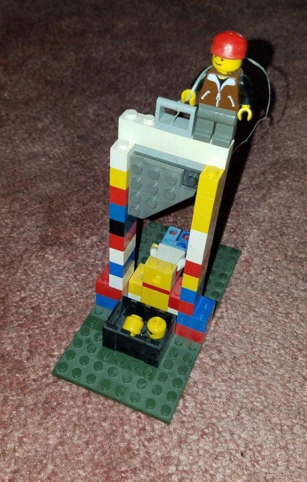 Я нашёл свою старую гильотину Lego, когда делал уборку в комнате