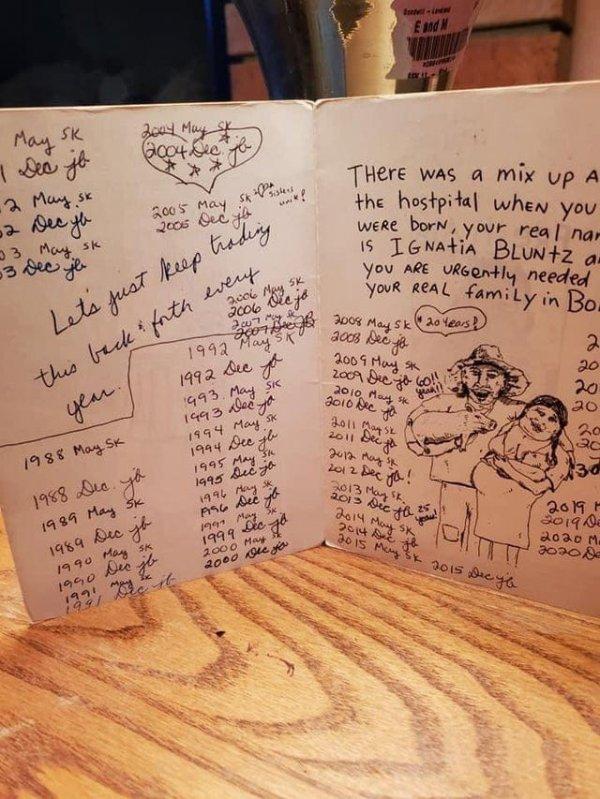 Моя подруга и её сестра обмениваются одной и той же поздравительной открыткой 32 года