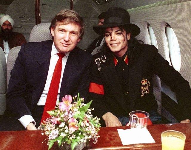 Майкл Джексон и Дональд Трамп в частном самолете во время полета в Индию. 7 апреля 1990 года.