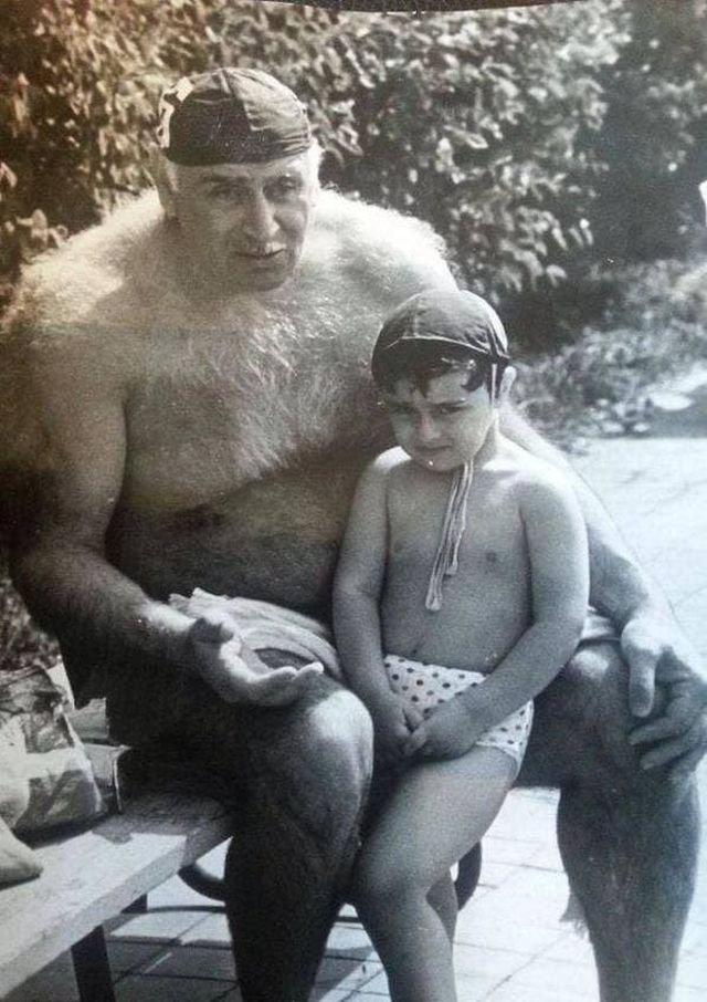 Советский ватерполист Пётр Мшвениерадзе с внуком. Россия. 1990-е.