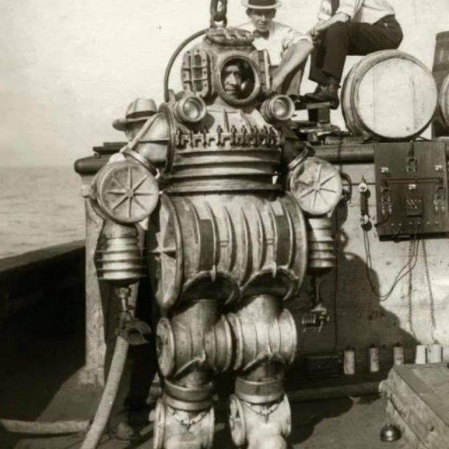 Спуск Водолаза в глубоководном костюме с электроподзарядкой для исследования океана, США 1921 год