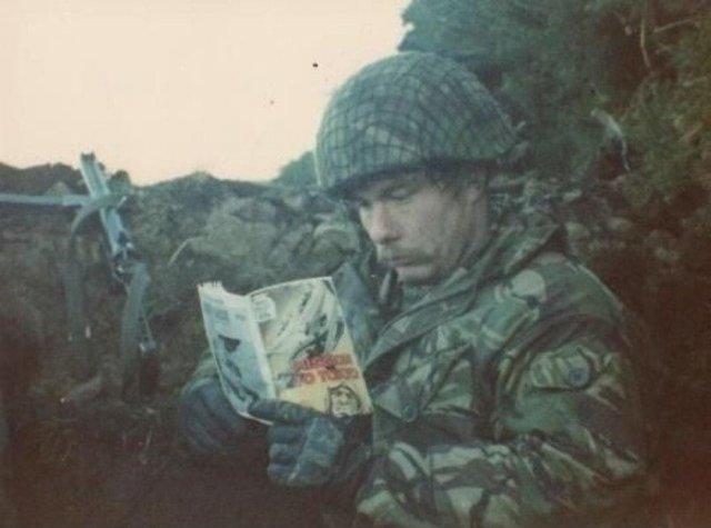 Британский боец Стив Тайер на позиции с пистолетом-пулемётом «Стерлинг», 1982 год. Фолклендские острова.
