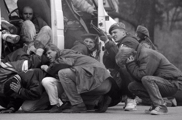 Спецназ с гражданами Сараево, 6 апреля 1992 года.