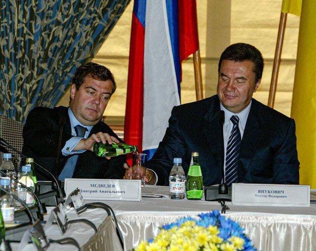 Медведев и Янукович за столом переговоров, 2002