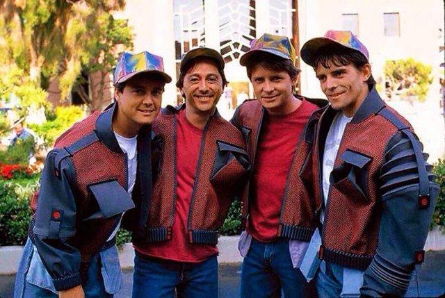 """Майкл Джей Фокс со своими дублёрами на съёмках фильма """"Назад в будущее 2"""", 1989 год."""