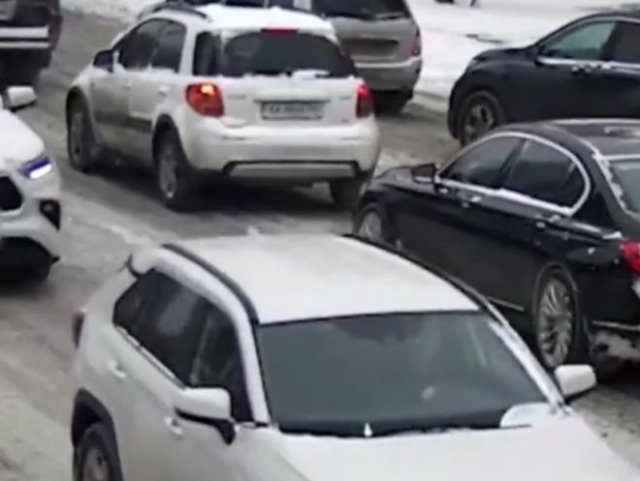 В Киеве автоледи умудрилась дважды врезаться в одну машину