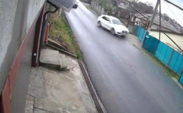 Неуклюжий водитель оставил целый поселок без света