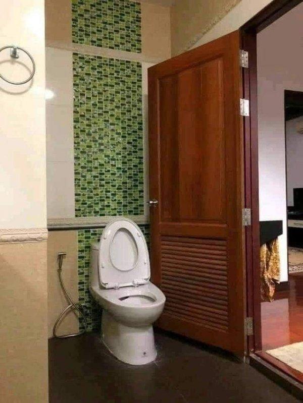 А чего ты дверь вечно закрываешь, скрываешь что-нибудь?