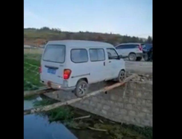 Водитель из Китая смог проехать по двум узким и неровным бревнам